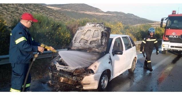 Πατέρας και μωρό βγήκαν την τελευταία στιγμή από αυτοκίνητο που πήρε φωτιά [εικόνες]