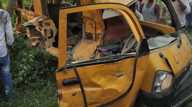 Ινδία: 13 παιδιά νεκρά από σύγκρουση σχολικού λεωφορείου με τρένο