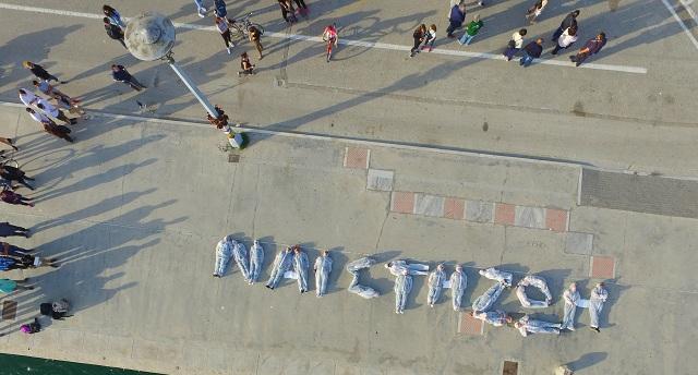 Εγραψαν συνθήματα με τα σώματά τους στην παραλία κατά της καύσης σκουπιδιών