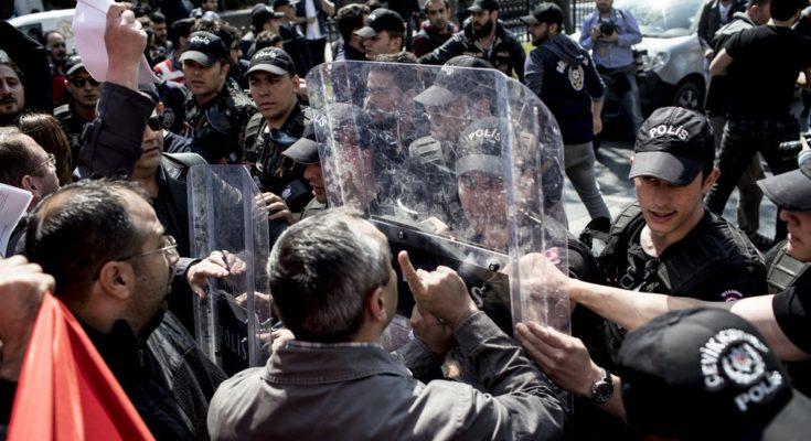 Η ημέρα εορτασμού των εργατικών αγώνων στην Τουρκία ήταν και εφέτος επεισοδιακή με έντονη αντιπαράθεση και βίαια επεισόδια όταν διαδηλωτές προσπάθησαν να προσεγγίσουν την κεντρική πλατεία της Κωνσταντινούπολης Ταξίμ και συγκρούστηκαν με τις αστυνομικές δυνάμεις.
