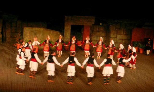 Μουσικοχορευτική παράσταση από τον Σύλλογο Μακεδόνων