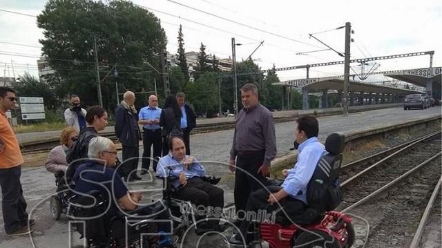 Παραπληγικοί απέκλεισαν τη σιδηροδρομική γραμμή στη Θεσσαλονίκη