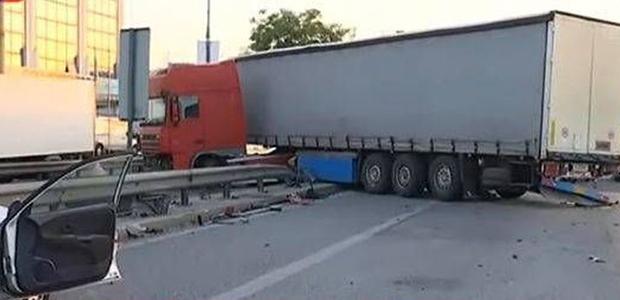 Δύο νεκροί και τραυματίες σε τροχαίο με νταλίκα στην εθνική
