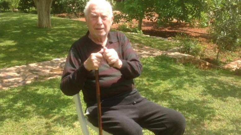 Ο Νίκος Ξανθόπουλος εξομολογείται το πρόβλημα υγείας του. Με μπαστούνι στα 84 του