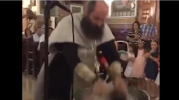«Πανικός» στα social media για «extreme» βάπτιση μωρού από ιερέα