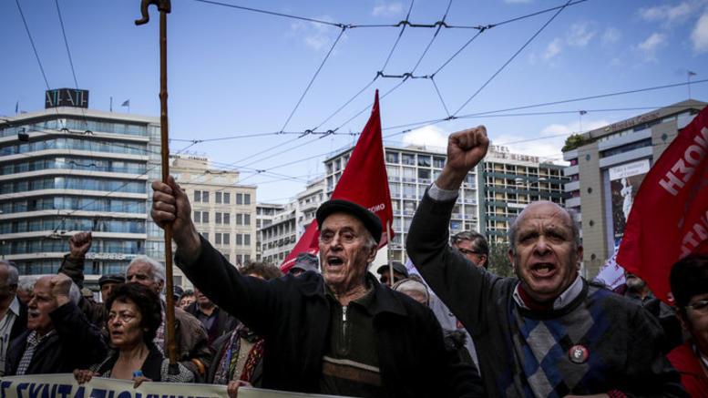Διαμαρτυρία συνταξιούχων στη Βουλή για τις περικοπές