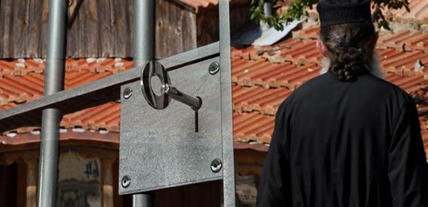 Προφυλακιστέος ο 80χρονος ιερέας- Ελεύθερη με περιοριστικούς όρους η 30χρονη μάνα της 11 χρονης