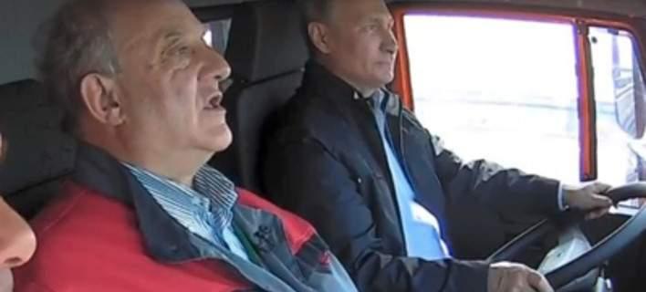 Ο Πούτιν έγινε ...φορτηγατζής: Εγκαινίασε τη μεγαλύτερη γέφυρα της Ευρώπης [βίντεο]