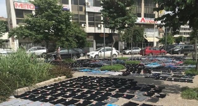 Άπλωσε εκατοντάδες μποξεράκια να στεγνώσουν... στο πεζοδρόμιο