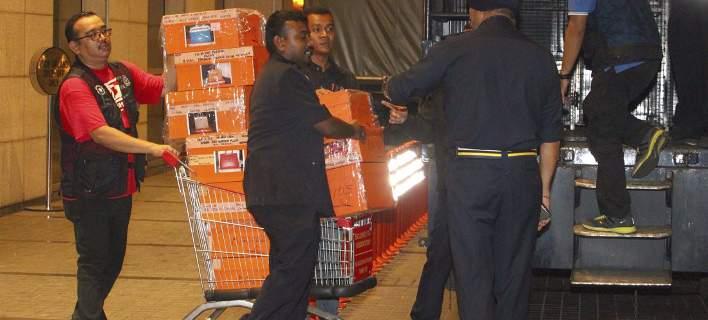 Μαλαισία: Κατάσχεση στο σπίτι του πρώην πρωθυπουργού. Γέμισαν σακούλες με χρήματα και κοσμήματα