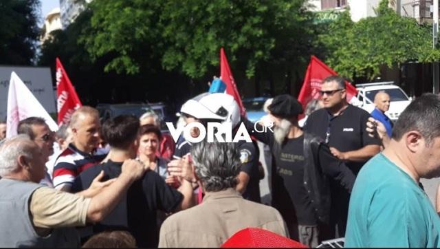 Θεσσαλονίκη: Ένταση στην πορεία των νοσοκομειακών. Μηχανάκι έπεσε πάνω σε διαδηλωτή