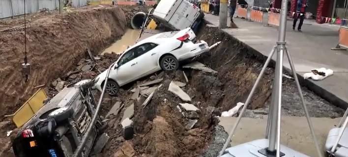 Τρύπα ανοίγει σε δρόμο και καταπίνει τρία οχήματα [βίντεο]