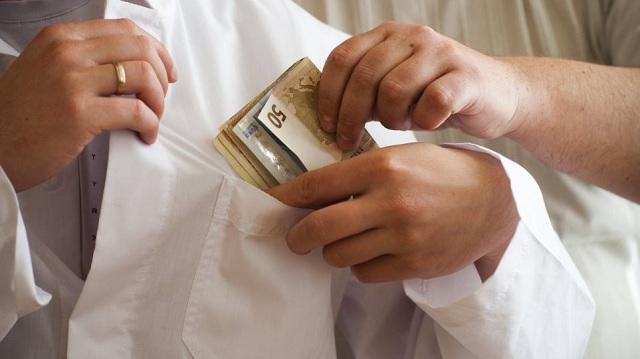 Φυλάκιση και πρόστιμο 5.000 ευρώ σε γιατρό για «φακελάκι»