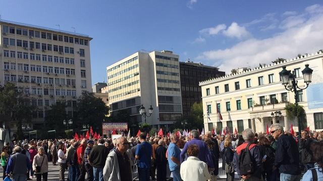 Συγκέντρωση εκατοντάδων συνταξιούχων έξω από το υπουργείο Υγείας