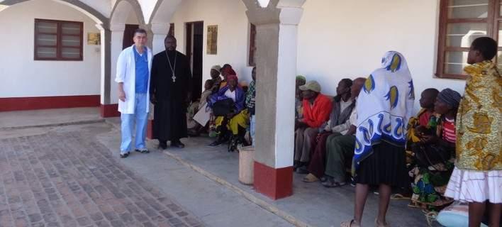Θεόδωρος Θεοδωρίδης: Ο μαιευτήρας που έστησε αυτοσχέδιο ιατρείο στην Τανζανία [εικόνες]