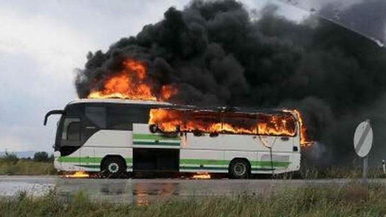 Κεραυνός χτύπησε λεωφορείο γεμάτο επιβάτες - Κάηκε ολοσχερώς (vid)