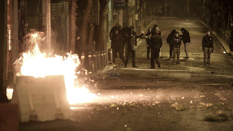 Έκαψαν πάλι τα Εξάρχεια – Νύχτα με μολότοφ και καμία σύλληψη