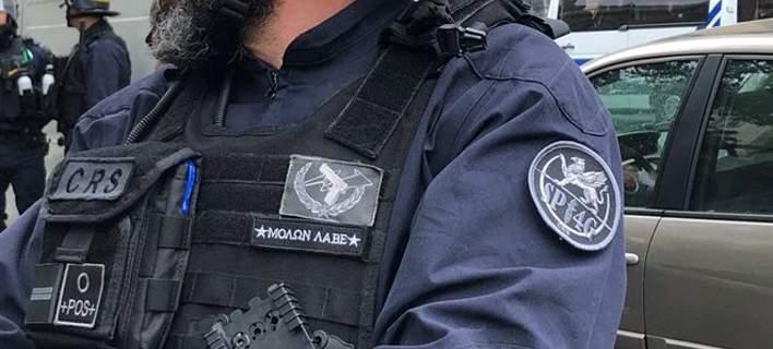 Γάλλος αστυνομικός έραψε «Μολών λαβέ» στη στολή του και του κάνουν ΕΔΕ