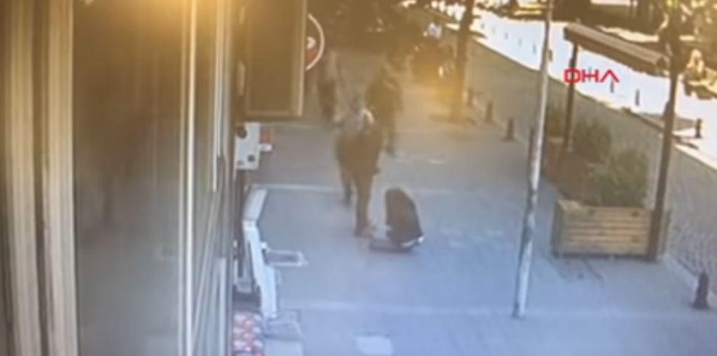 Έδερνε τη γυναίκα του στο δρόμο και το… πλήρωσε
