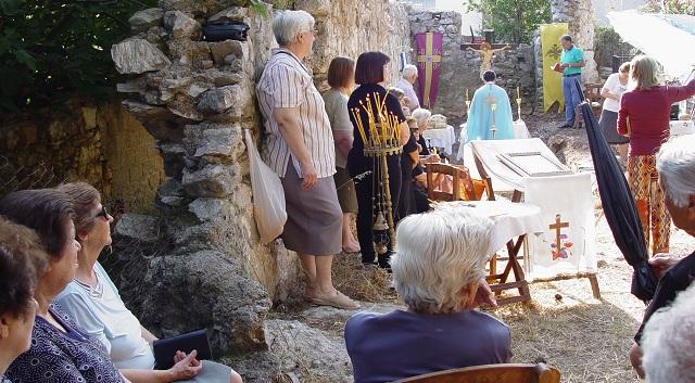 Υπαίθρια Θεία Λειτουργία σε Βυζαντινή εκκλησία στη Σκιάθο