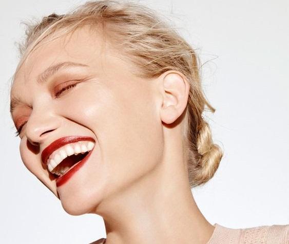 Φυσικά λευκά δόντια με υλικά που ήδη έχετε