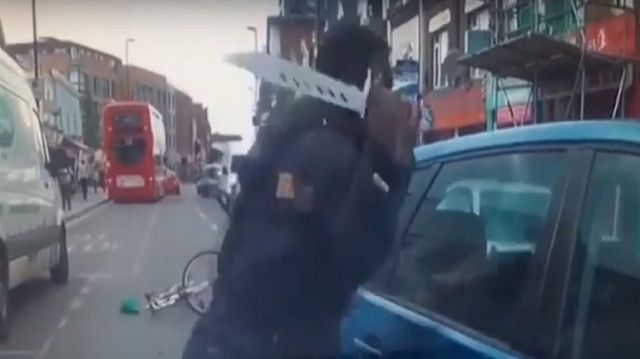 Ποδηλάτης καταδιώκει με τεράστιο μαχαίρι οδηγό που τον «έκλεισε»