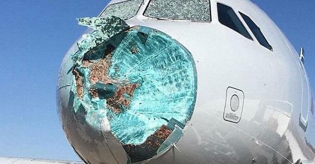 Τρόμος στον αέρα και αναγκαστική προσγείωση: Το χαλάζι τσάκισε το αεροπλάνο [εικόνες]