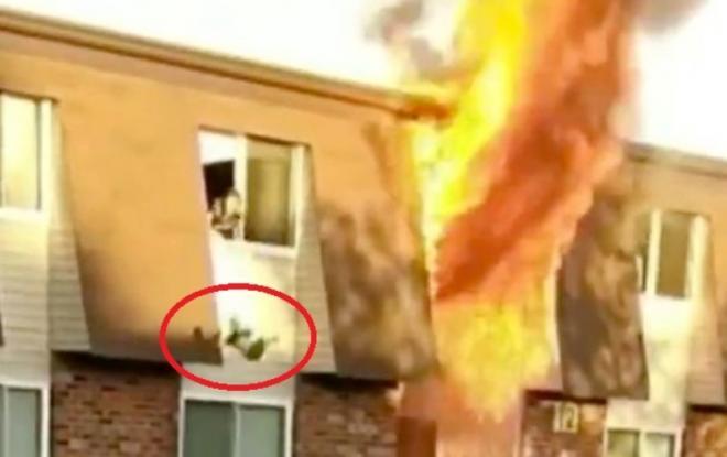 Τρομοκρατημένη μητέρα ρίχνει το παιδί της από το παράθυρο του φλεγόμενου σπιτιού της (Video)