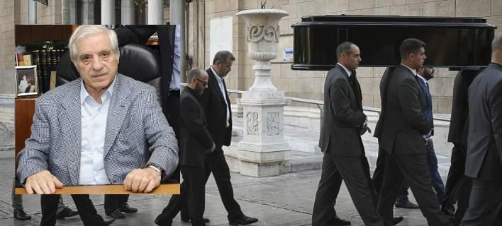 Σήμερα η κηδεία του Παύλου Γιαννακόπουλου. Σε λαϊκό προσκύνημα η σορός [εικόνες-βίντεο]