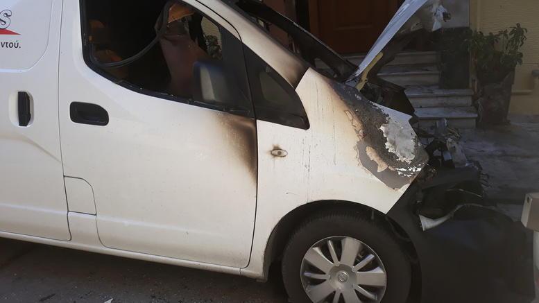 Εκαψαν 9 οχήματα εταιρείας κούριερ σε 4 σημεία της Αττικής