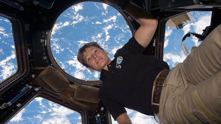 Στη σύνταξη η αστροναύτης με το ρεκόρ μακρύτερης παραμονής στο διάστημα