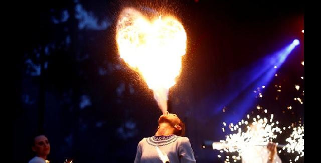 Παίζοντας με τη φωτιά στο πιο ριψοκίνδυνο σόου του πλανήτη [εικόνες]