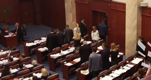 Χάος στο σκοπιανό Κοινοβούλιο για τη συμφωνία: «Προδότη» φώναζαν τον ΥΠΕΞ Ντιμιτρόφ