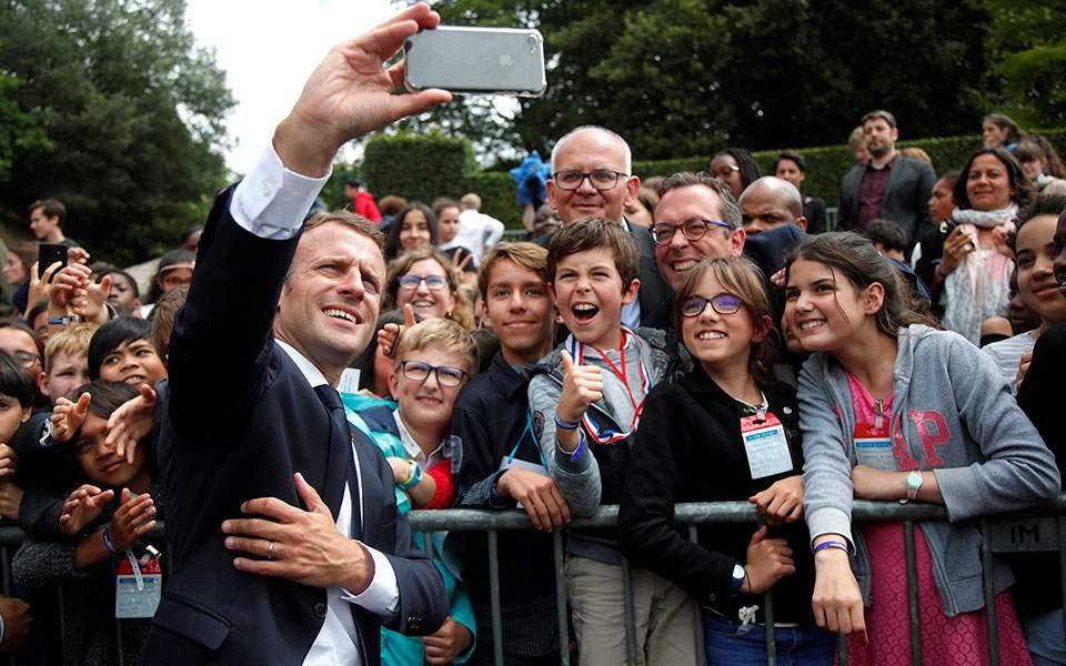 Μακρόν σε νεαρό που τον αποκάλεσε «Μανού»: «Θα με λες κύριο Πρόεδρο της Δημοκρατίας ή κύριο» (βίντεο)