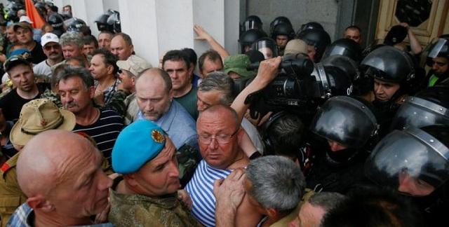 Ουκρανία: Επεισόδια και τραυματίες έξω από τη Βουλή [εικόνες]