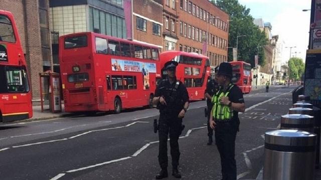 Πανικός σε κεντρικό δρόμο στο Λονδίνο: Δεκάδες αστυνομικοί και ασθενοφόρα