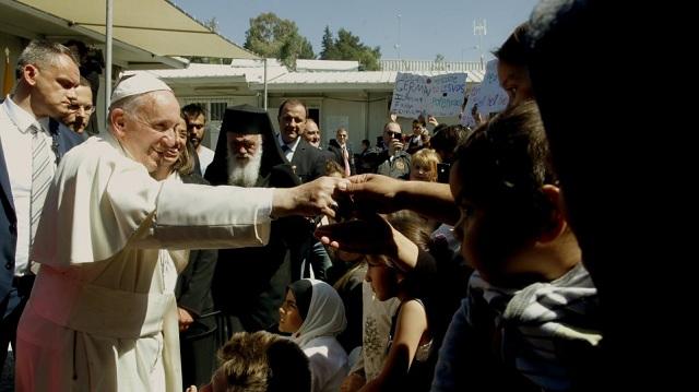Ο Πάπας Φραγκίσκος εκθειάζει την Ελλάδα για την υποδοχή μεταναστών