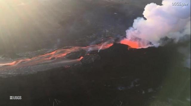Εντυπωσιακά εναέρια πλάνα από το ποτάμι λάβας στη Χαβάη [βίντεο]