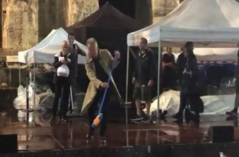 Ο Στινγκ πήρε… τη σκούπα του! Για να καθαρίσει το Ηρώδειο και να ξεκινήσει η συναυλία