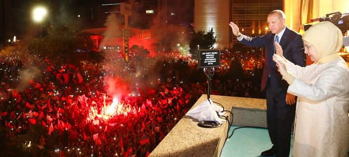 Ατελείωτο γλέντι στην Κωνσταντινούπουλη από οπαδούς του Ερντογάν -Τραγούδι και χορός [εικόνες]