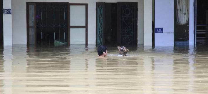 Βιετναμ: 15 νεκροί από την κακοκαιρία -Παρασύρθηκαν από ορμητικούς χείμαρρους [εικόνες]