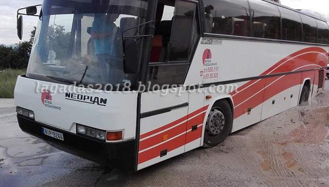 Δρόμος «κατάπιε» λεωφορείο των ΚΤΕΛ [εικόνες]