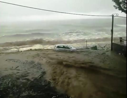 Η καταιγίδα στο χωριό Καμάρι του Πηλίου παρέσυρε αυτοκίνητο στη θάλασσα (Video)