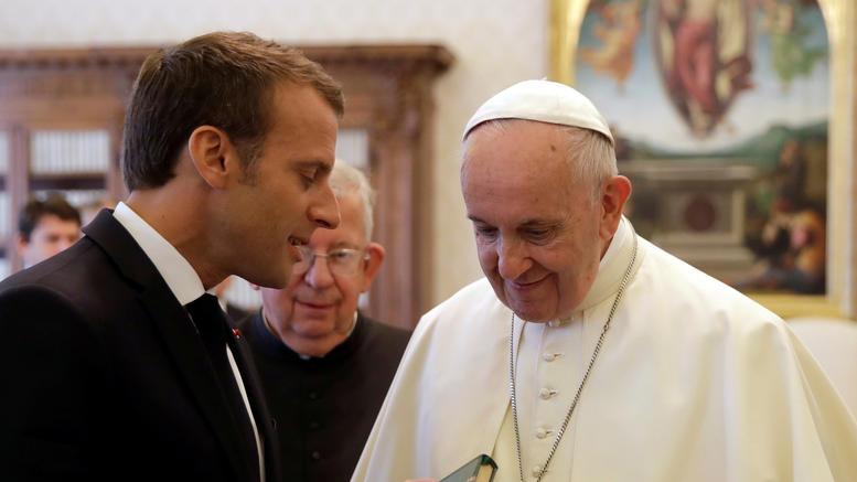 Το αστείο του Εμανουέλ Μακρόν που άφησε άφωνο τον πάπα Φραγκίσκο