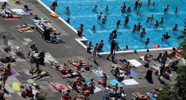 Αποπνικτική ζέστη και θερμοκρασίες ρεκόρ στη Βρετανία [εικόνες]
