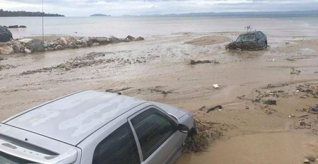 Τα αυτοκίνητα στη θάλασσα και τα κότερα στη στεριά στη Χαλκιδική [εικόνες-βίντεο]