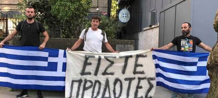 Διαδήλωση 3 ατόμων έξω από την ελληνική πρεσβεία στο Λονδίνο