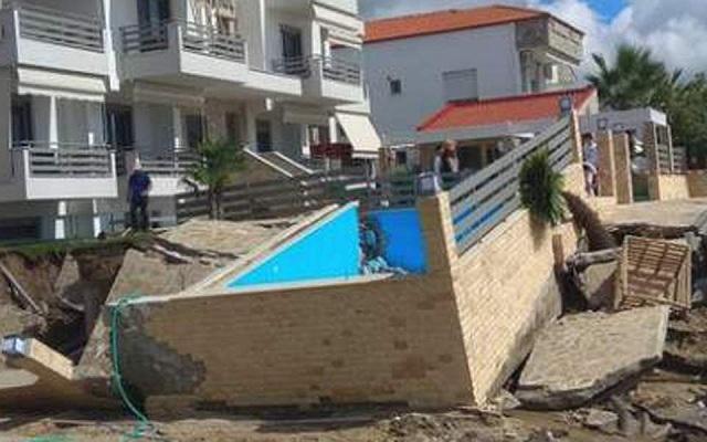 Βρασνά Θεσσαλονίκης: Υποχώρησε τμήμα δρόμου, μετακινήθηκε πισίνα από την κακοκαιρία [εικόνες]