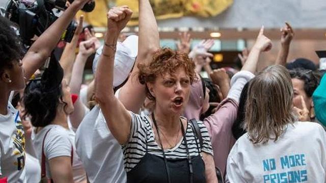 Συνελήφθη η Σούζαν Σάραντον σε διαδήλωση κατά του Τραμπ