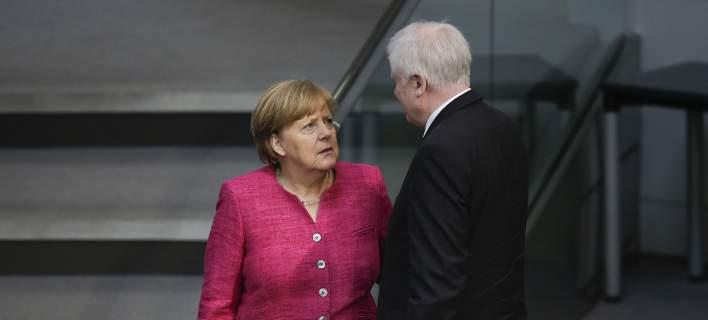 Καταρρέει η κυβέρνηση Μέρκελ; Προς παραίτηση ο Ζεεχόφερ για το προσφυγικό